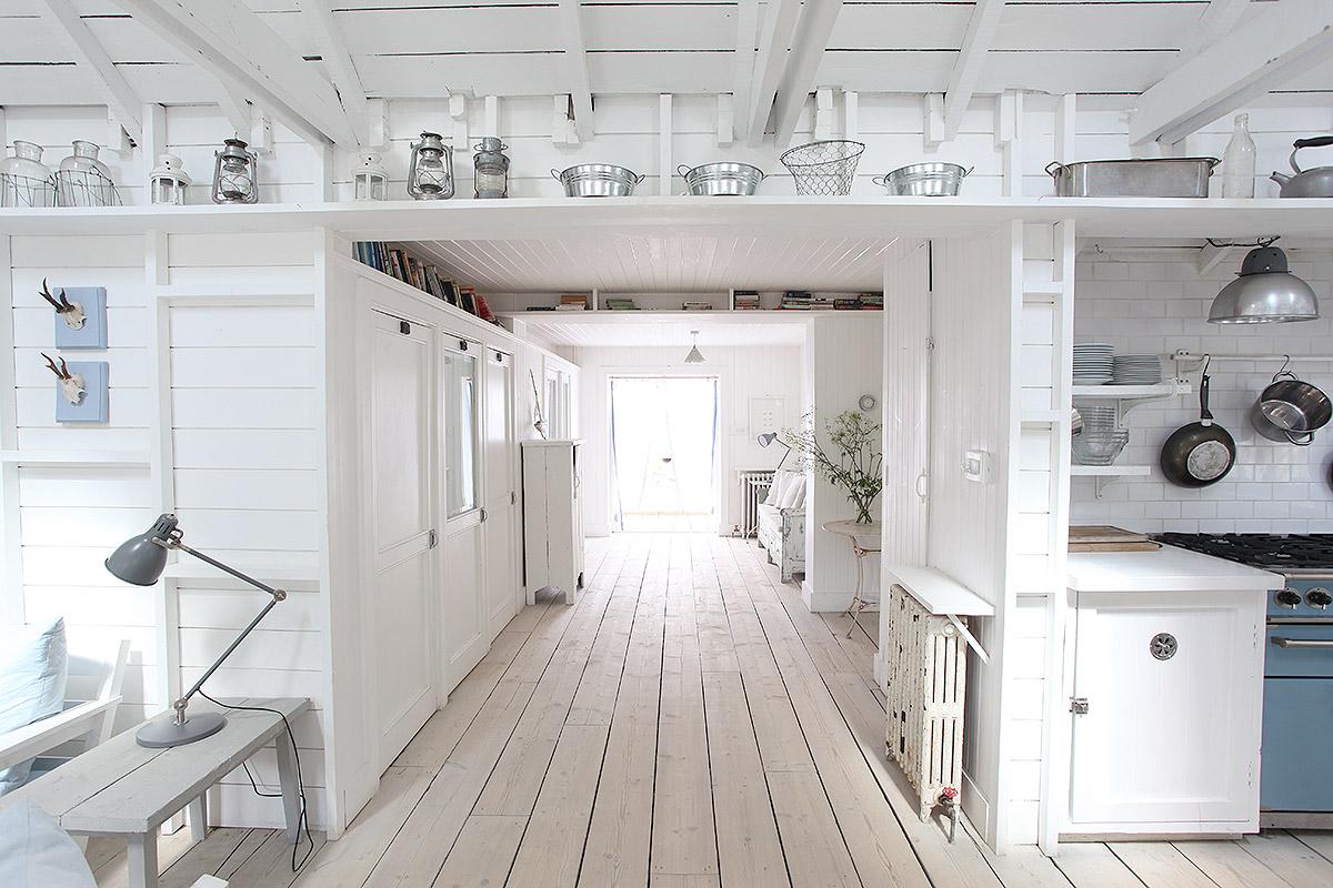 Frisse woonkamer van een super leuk wit strandhuis