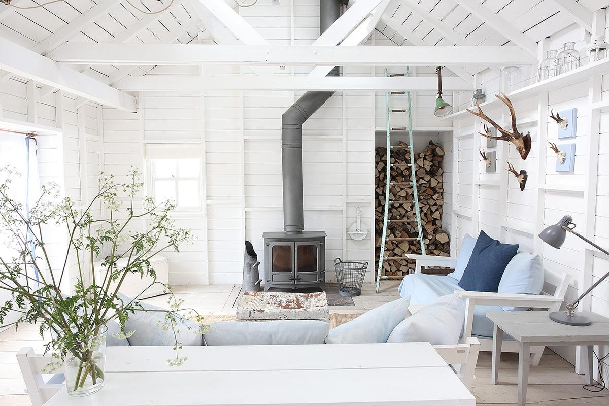 Frisse woonkamer van een super leuk wit strandhuis | HOMEASE