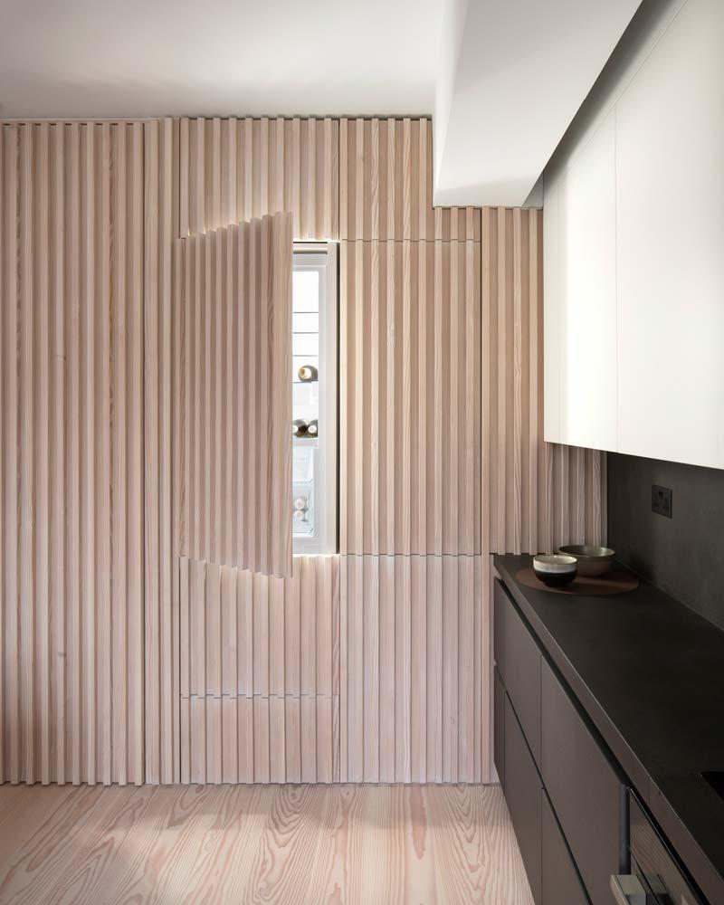 geïntegreerde koelkast inbouwkast houten wandbekleding