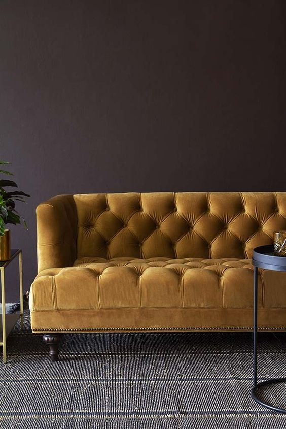 Gele fluwelen chesterfield bank