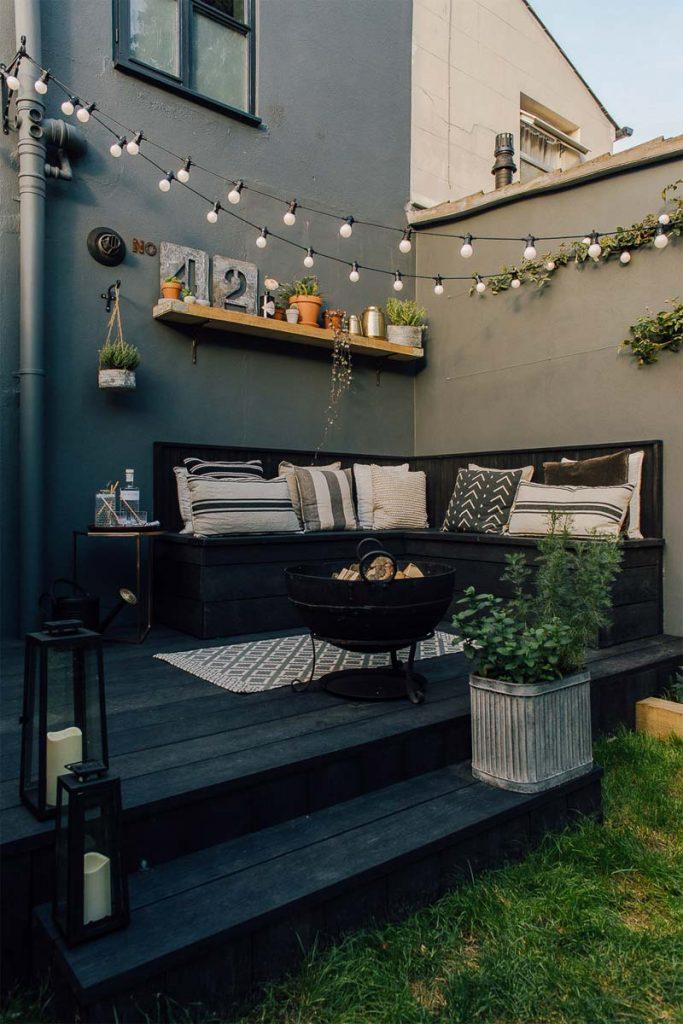 gezellige tuin inrichten slingerlamp