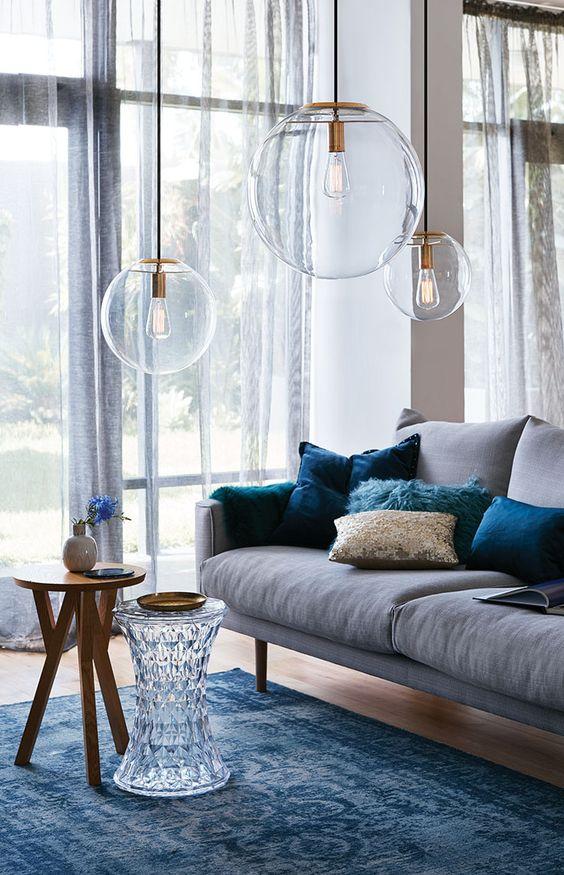 glazen-hanglampen-laag-boven-woonkamer