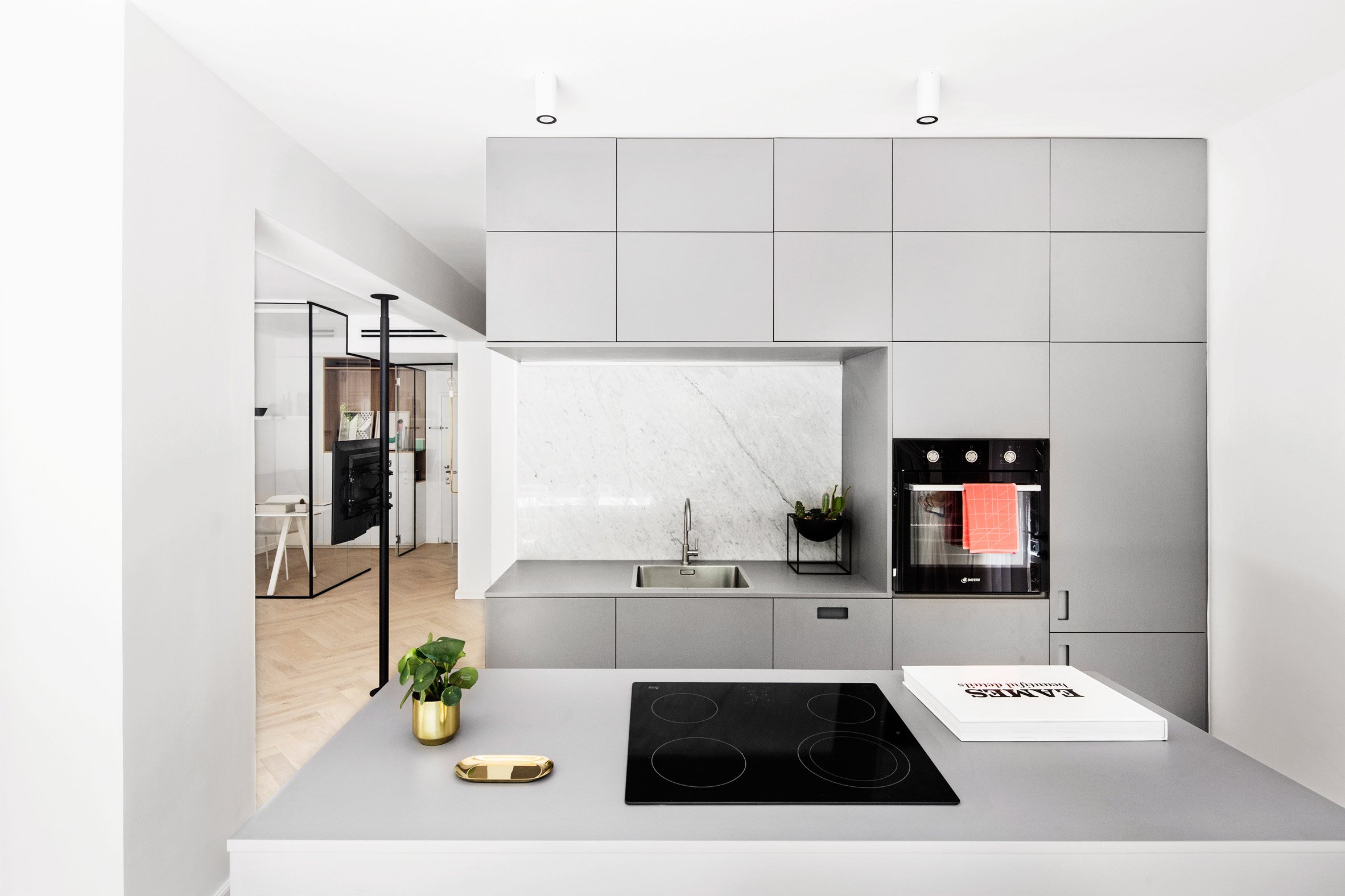 Deze glazen kamer in de woonkamer is ingericht als thuiskantoor
