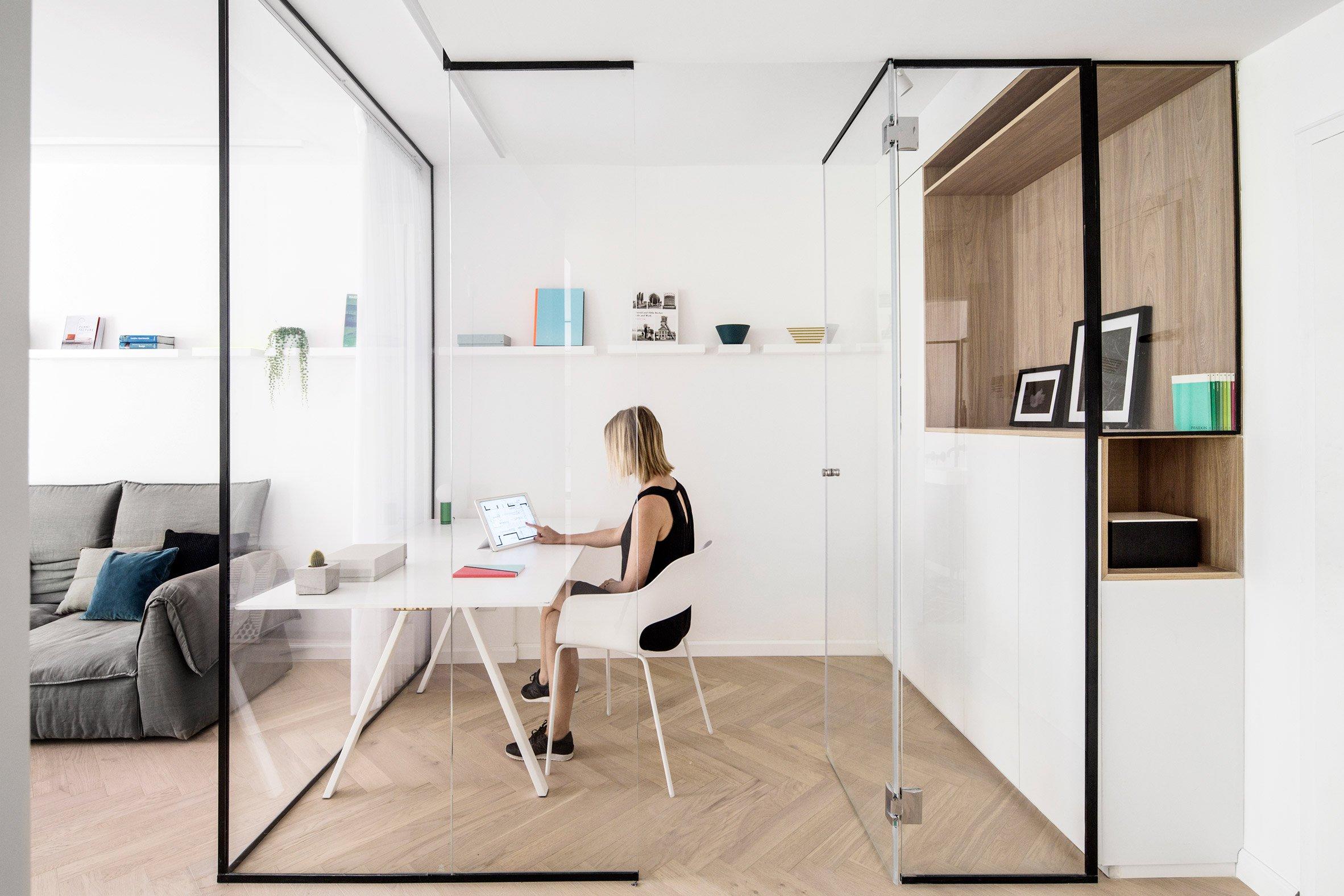 Deze glazen kamer in de woonkamer is ingericht als thuiskantoor ...