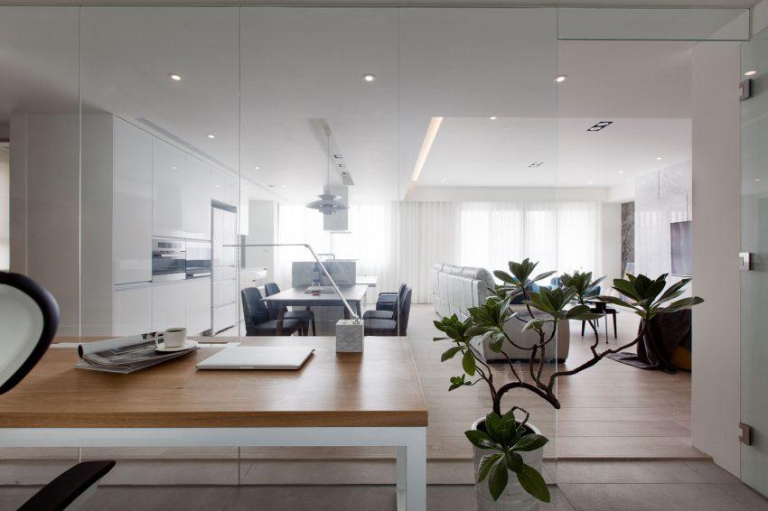 Een glazen wand tussen kantoor en woonkamer | HOMEASE