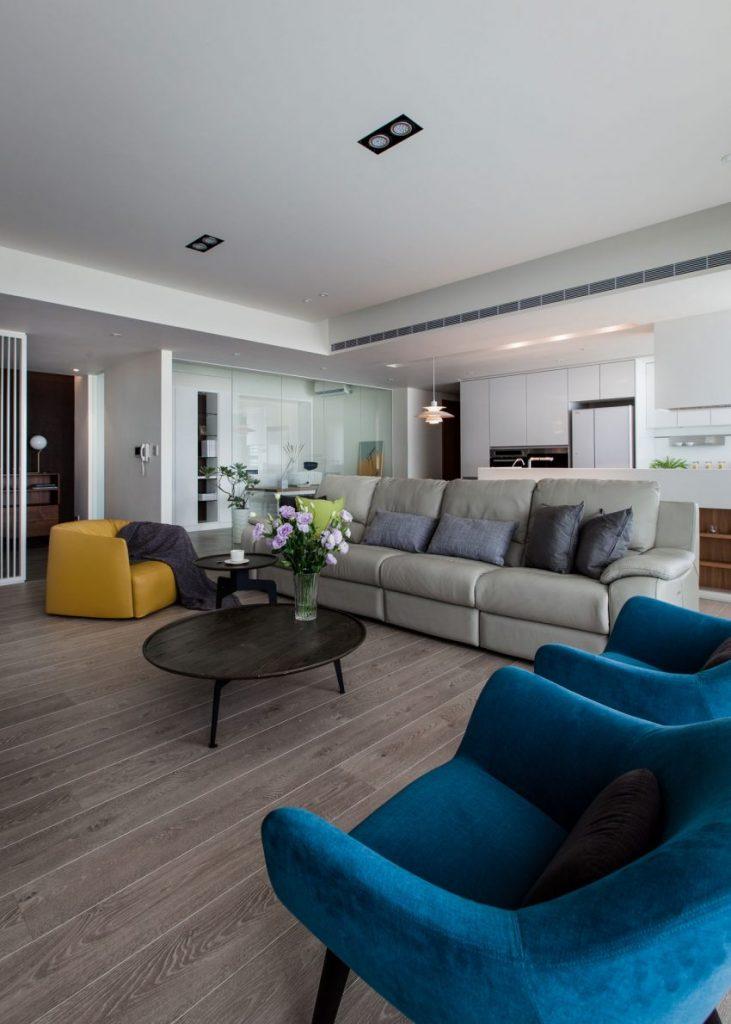 Een glazen wand tussen kantoor en woonkamer