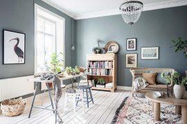 grijsgroene muren houten accenten woonkamer