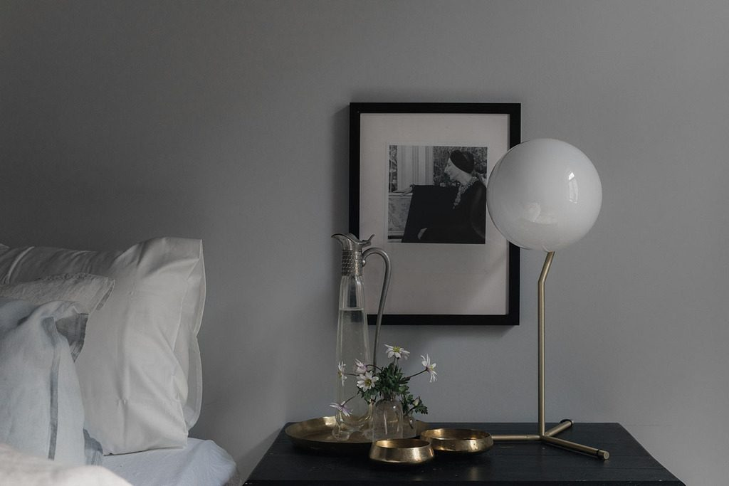 Slaapkamer met een mooie kleurencombinatie van grijs en roze homease - Grijze slaapkamer ...