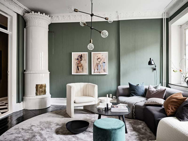 groene muur donkere vloer woonkamer