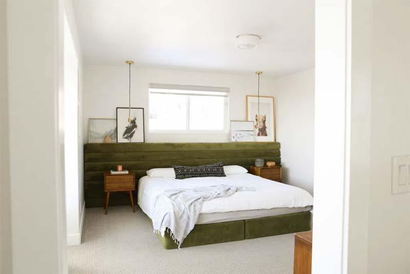 Dit super mooie groene bed in deze slaapkamer met het op maat gemaakt groen fluwelen hoofdbord is ontworpen door de geweldige stylist Emily Henderson.