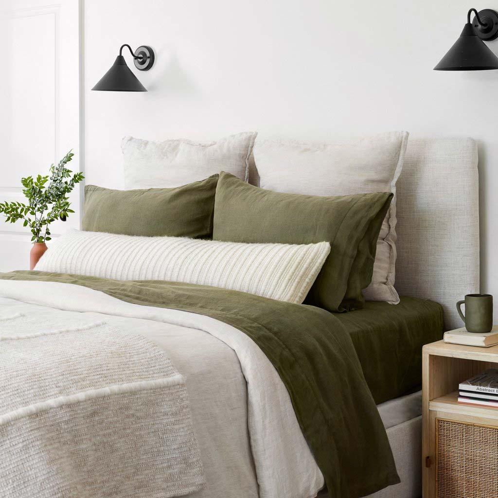 In deze mooie slaapkamer is er gekozen om prachtig groen bedlinnen te combineren met een zacht beige bedsprei.