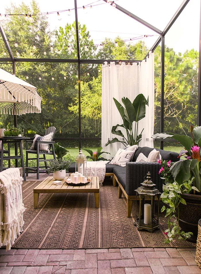 Het grote tuinkleed maakt de prachtige overdekte patiotuin helemaal af van Jenna van Jennasuedesign.com!
