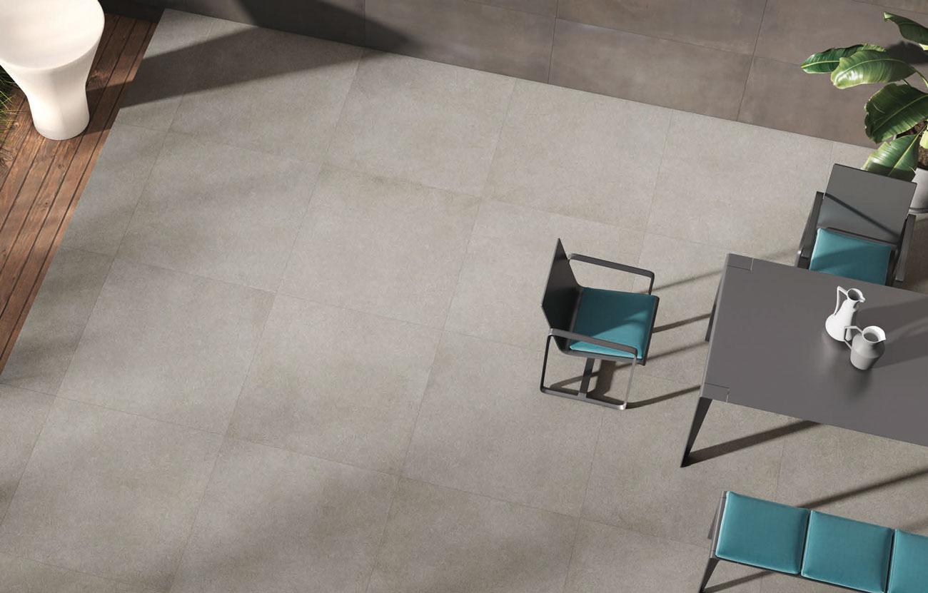 Grote keramische tuintegels van 100x100 cm van het Italiaanse topmerk Cercom vormen de basis in deze strakke moderne tuin. Deze Infinity Sand terrastegels zijn kleurvast, onderhoudsvriendelijk en krasbestendig.