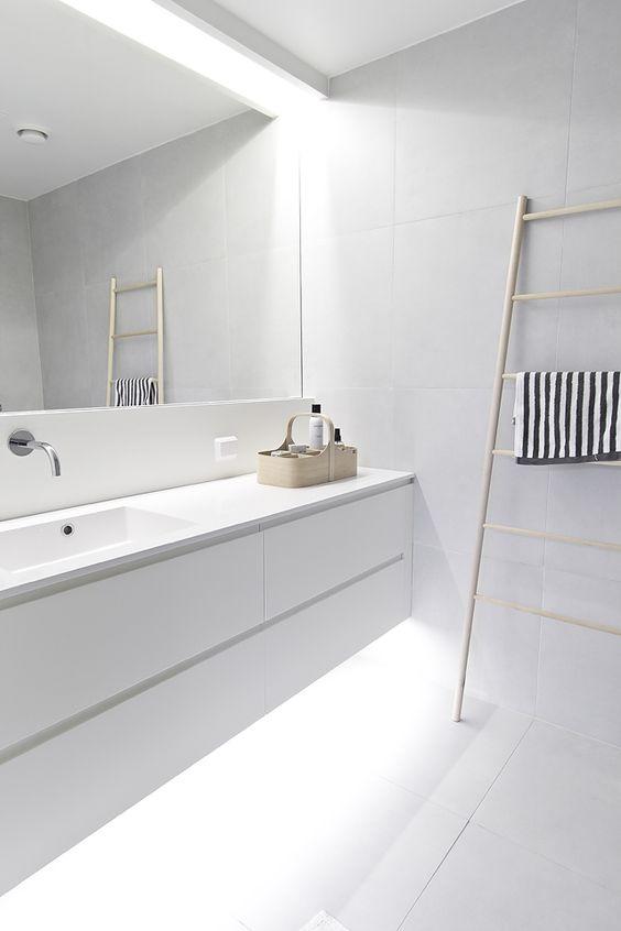 Grote spiegel in badkamer