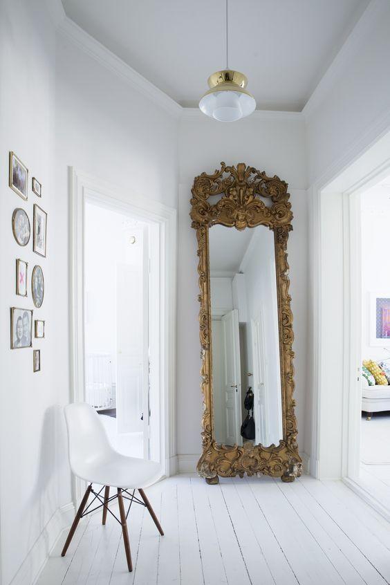 Grote spiegel in hal