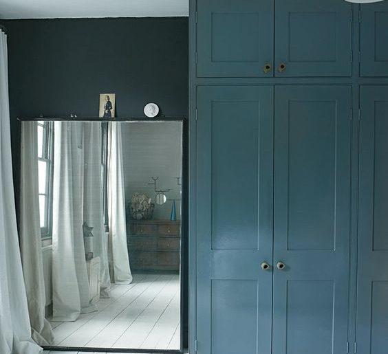 Grote spiegel in slaapkamer