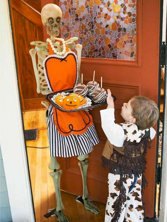 halloween decoratie ideeën skelet gastvrouw