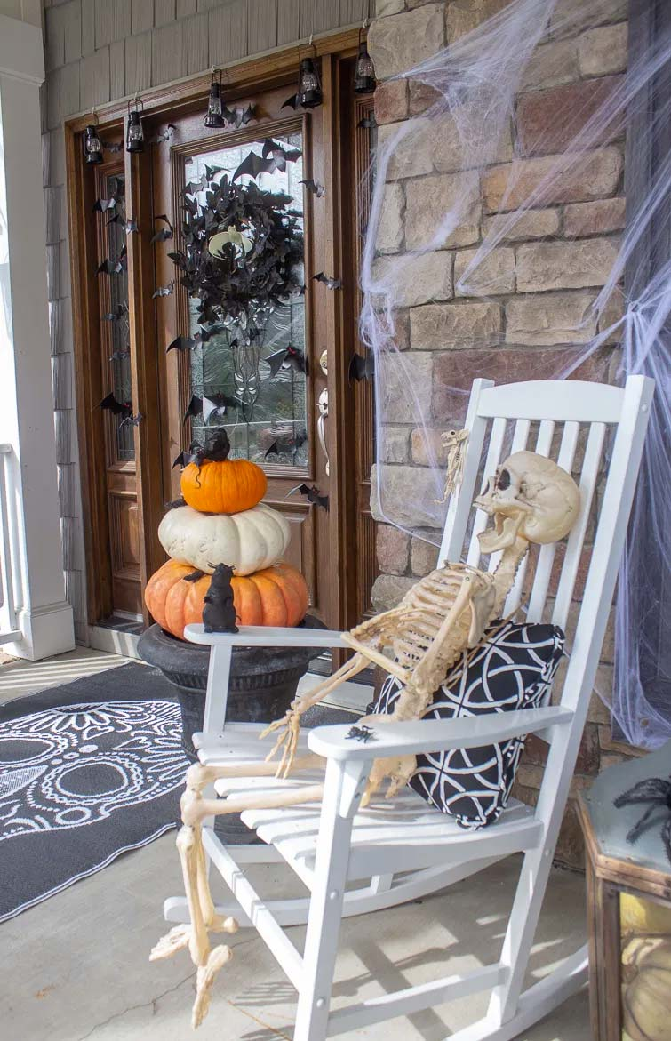 halloween decoratie ideeën skelet op schommelstoel