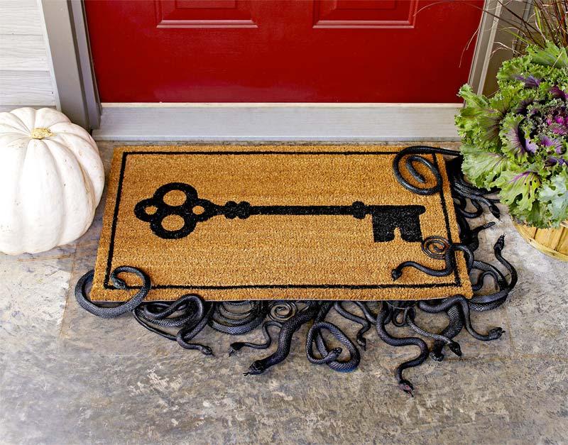 halloween decoratie ideeën slangen onder deurmat