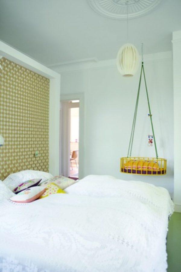 Hangwieg naast bed