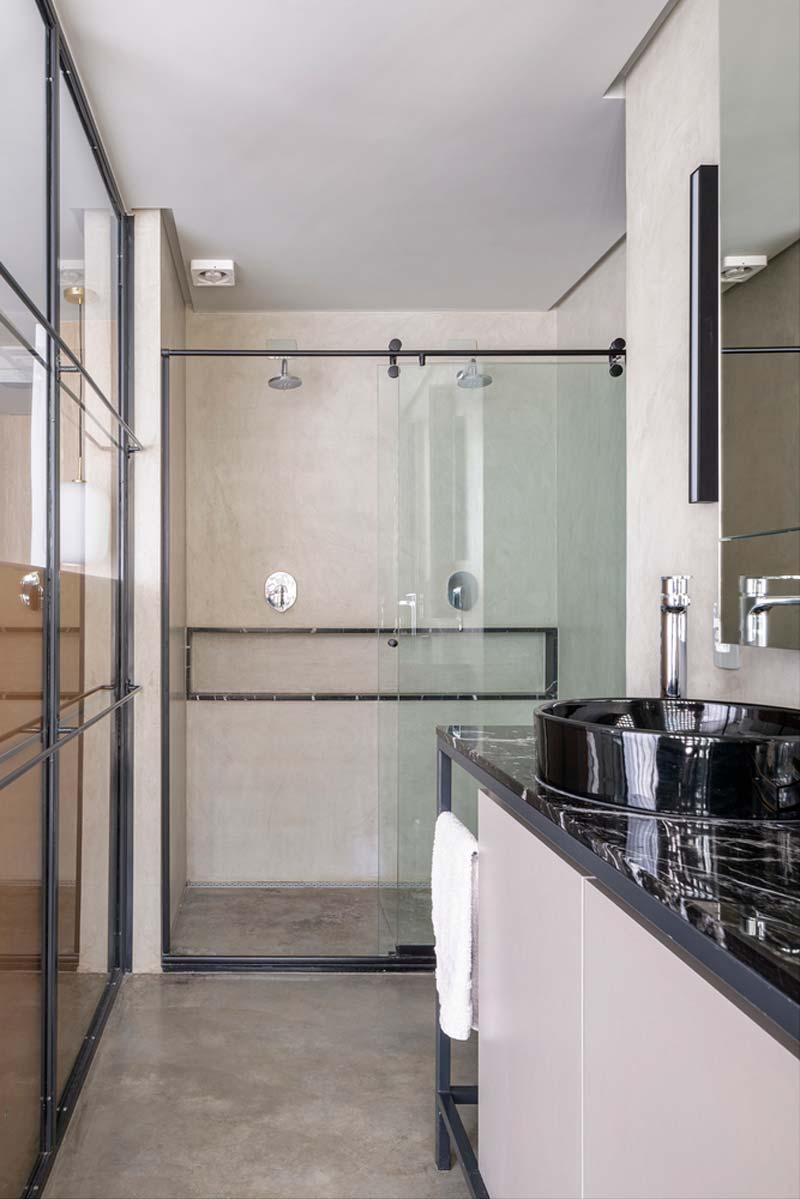 Inloopdouche in stoere badkamer met glazen schuifdeur