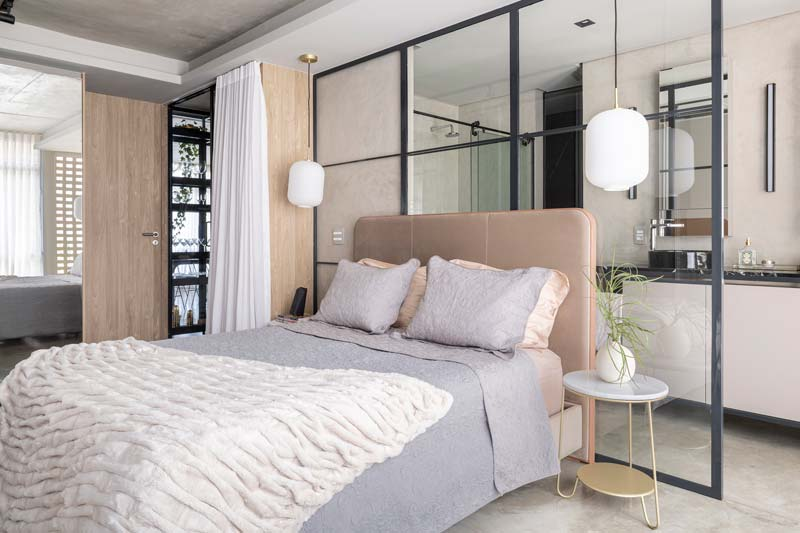 Glazen scheidingswand met zwarte stalen kozijnen in slaapkamer en badkamer ensuite
