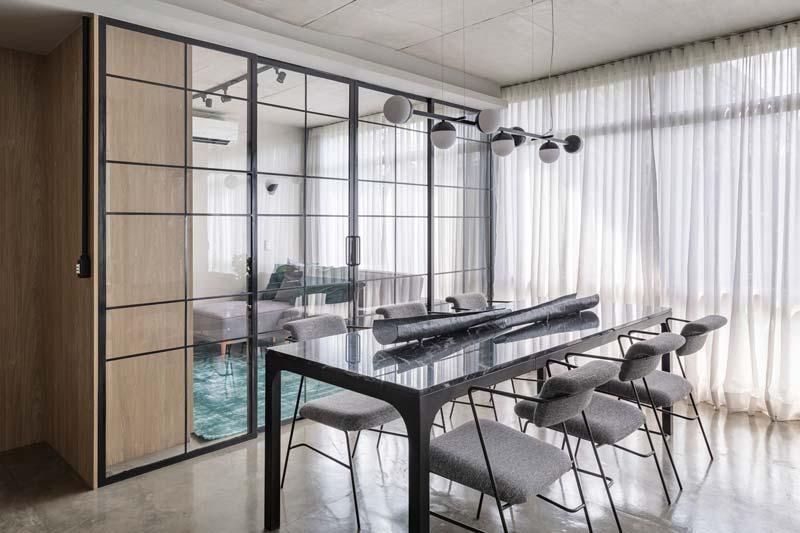 Mooie grote hanglamp boven marmeren eettafel met grijze stoelen