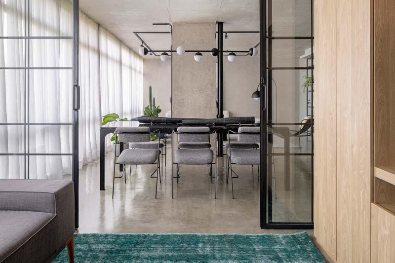 Dit thuiskantoor heeft een mooie glazen wand met stalen kozijnen gekregen