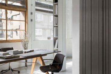 Het moderne en minimalistische kantoor van ontwerpbureau Studio In2