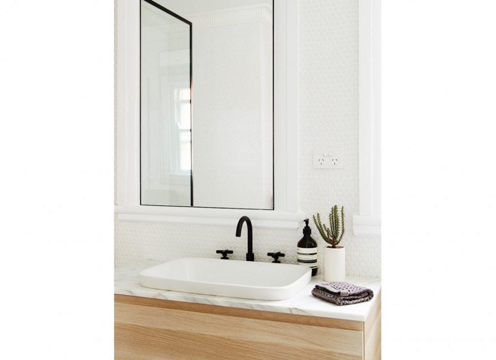 houten-badkamermeubel-marmeren-blad