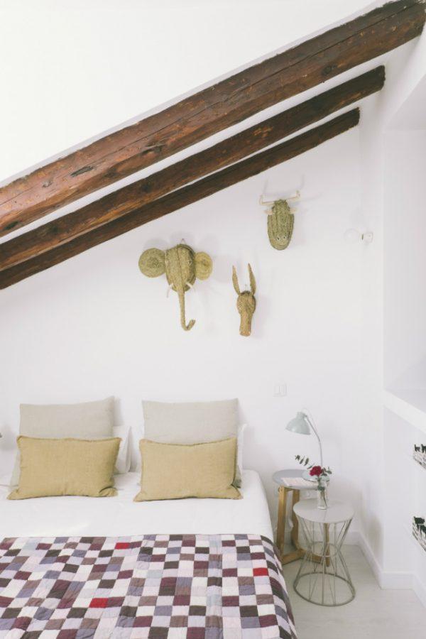 Strakke afwerking in een karakteristiek huis homease - Slaapkamer met zichtbare balken ...