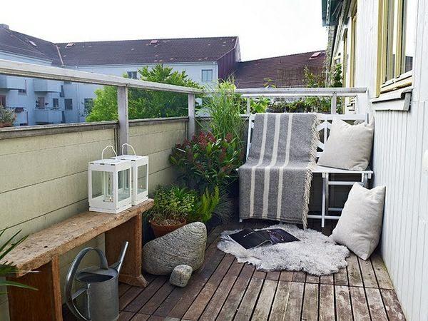 Houten bankje op balkon