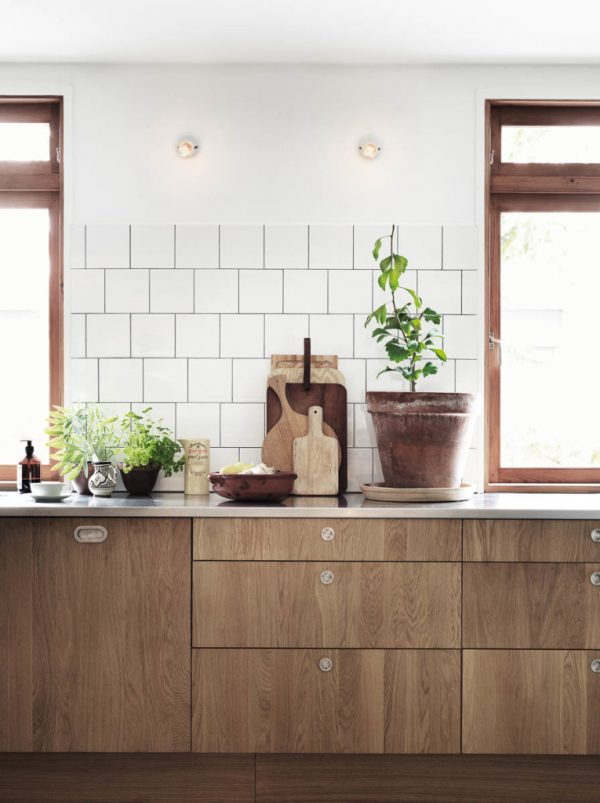 Houten broodplanken tegen keukenwand