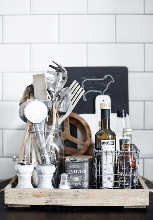 Dienblad op het aanrecht in de keuken