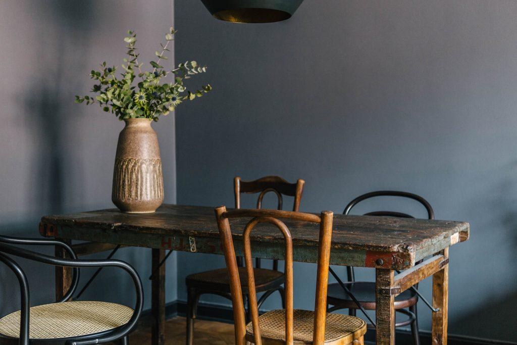 houten-eetkamertafel-stoelenmix
