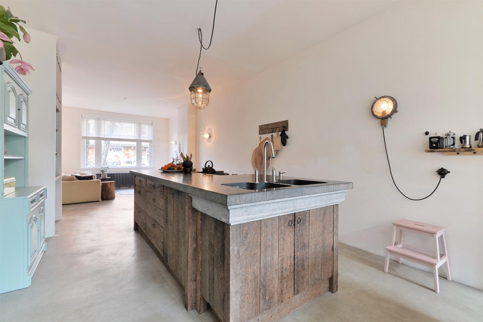 Woonkamer met houten vloer: visgraatvloer in de woonkamer hout.