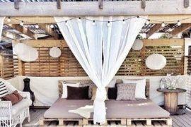 Houten paletten bank op balkon