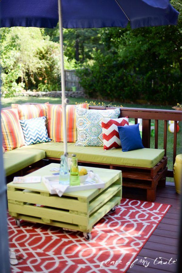 houten paletten bank op balkon homease. Black Bedroom Furniture Sets. Home Design Ideas