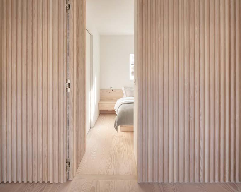 houten wandbekleding modern appartement londen
