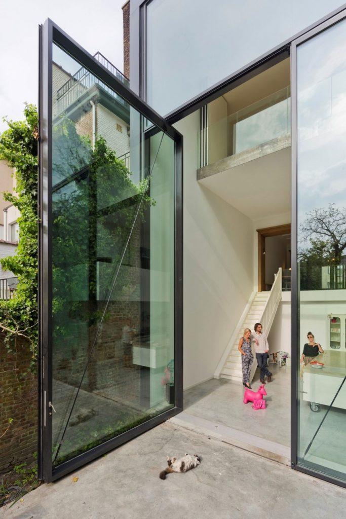 Huis met zes meter hoge openslaande deuren