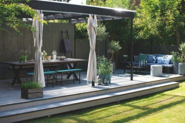 In deze grote tuin is een inspirerend groot terras gebouwd!