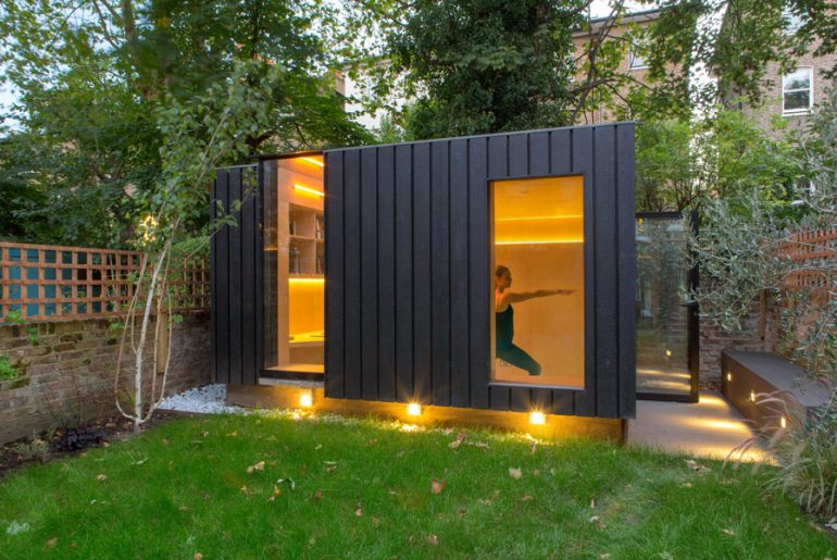 In dit tuinhuisje is een combinatie van yogastudio en werkplek gecreëerd!