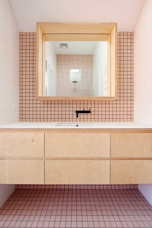 Industriële badkamer met multiplex meubel