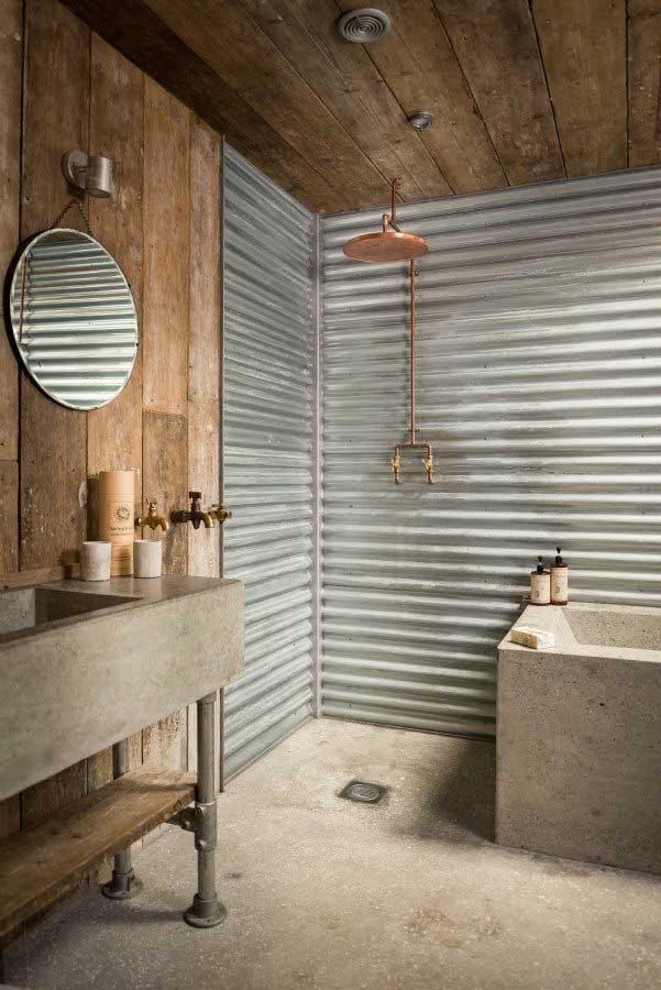Industriële badkamer met golfplaten muur