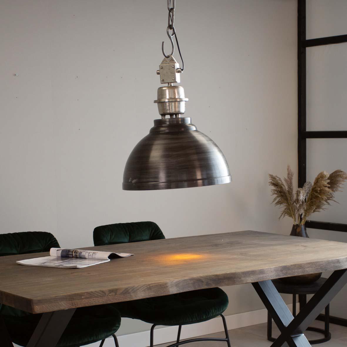 industriële hanglamp boven eettafel