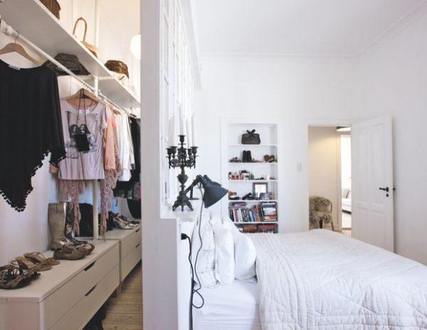Inloopkast achter bed