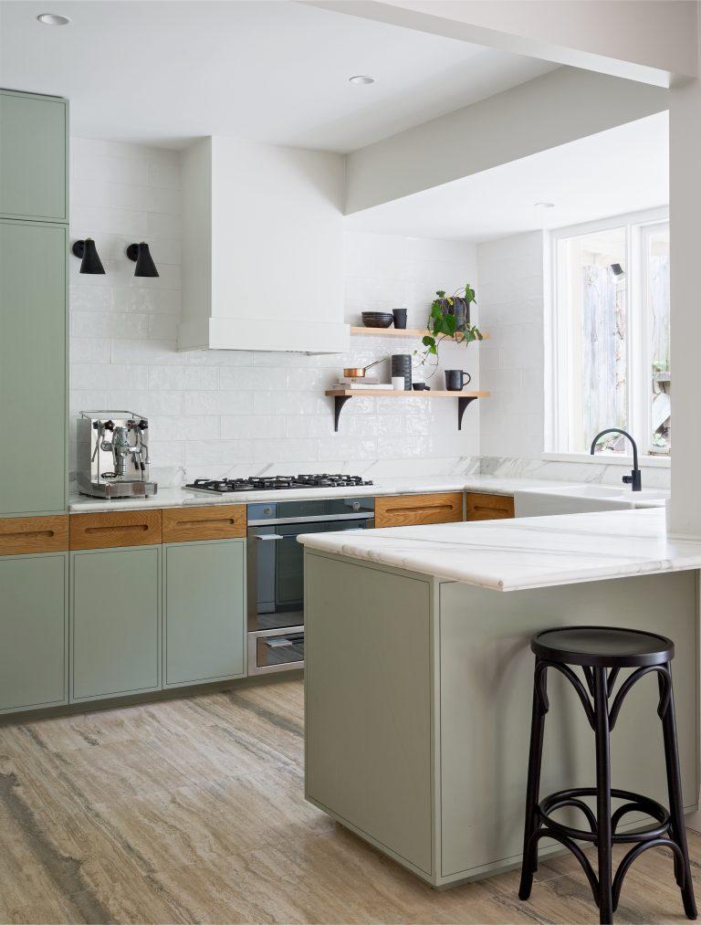 inspirerende-keukenverbouwing-vormige-groene-keukenkasten