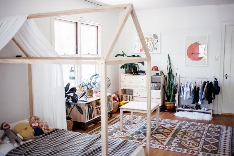 jongenskamer ideeen montessori - huisjes bed en lage kasten