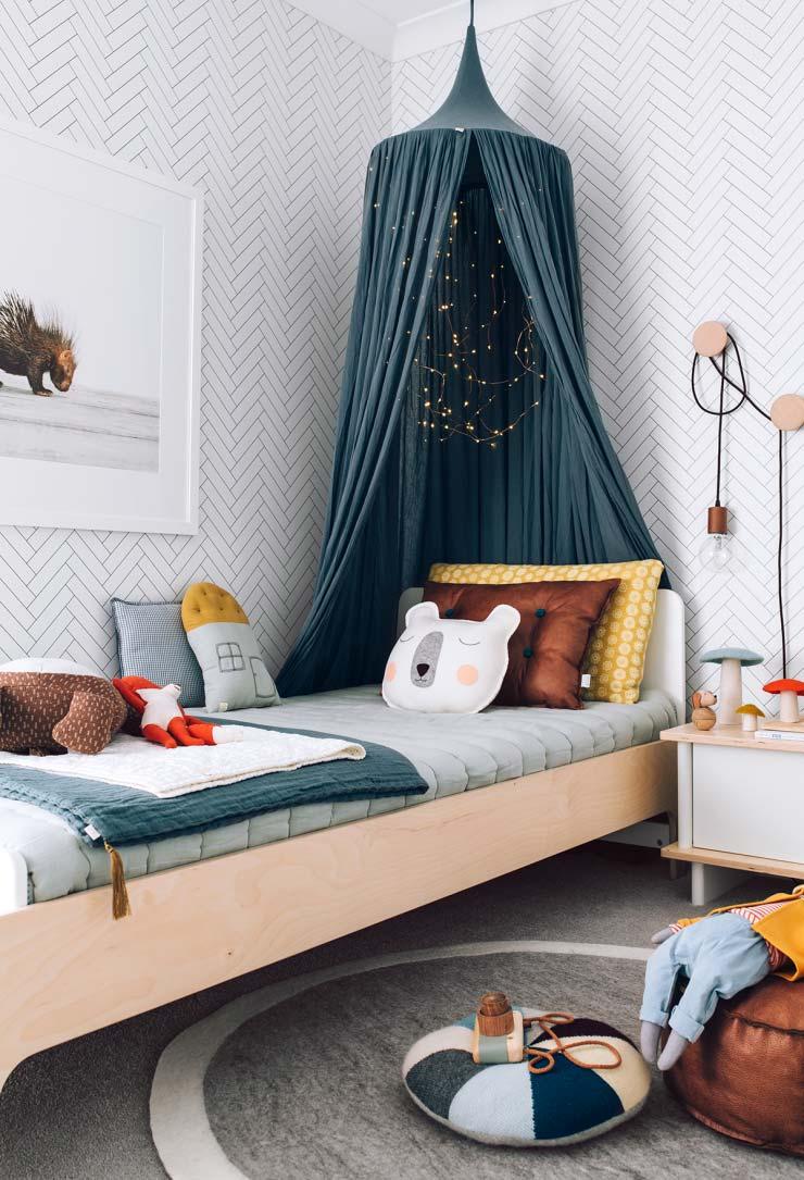 jongenskamer ideeen subtiele kleuren blauwe klamboe boven houten bed
