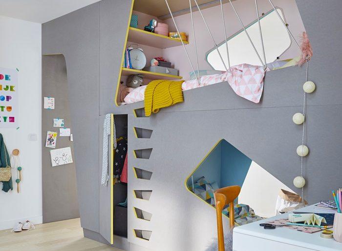 Deze kinderkamer is in tweeën gedeeld met een multifunctionele scheidingswand